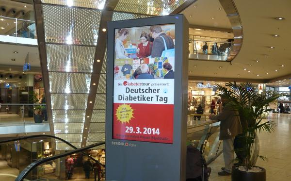 Werbebotschaften auf City-Light-Postern in Einkaufsgalerien